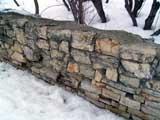 как сложить из природных камешков ограду