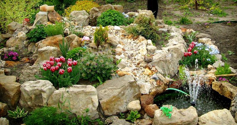 Альпийская горка с фонтаном с камнями